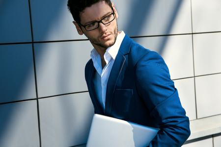 traje: Retrato de hombre de negocios guapo