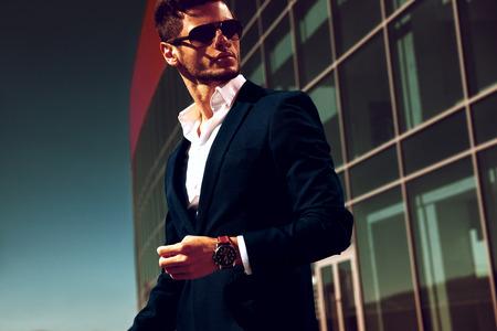 moda ropa: Joven apuesto hombre de negocios elegante con gafas y observadores.