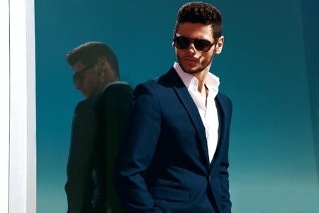 modelos hombres: Joven apuesto hombre de negocios elegante con gafas y observadores.