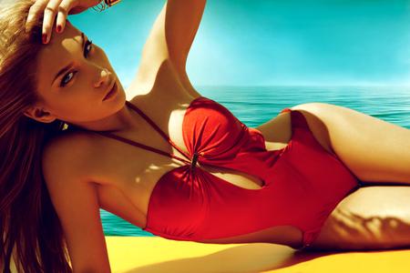 fille sexy: Belle femme en bikini bronzer au bord de la mer