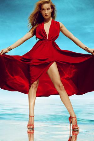 Mooie vrouw in bikini te zonnen aan de kust