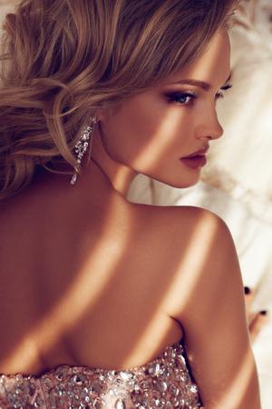 mujer rubia desnuda: Princesa en el lujo Foto de archivo