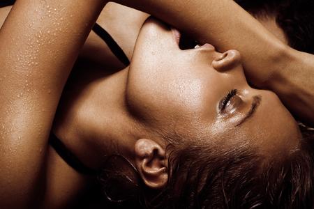 mojada: Joven mujer sexy