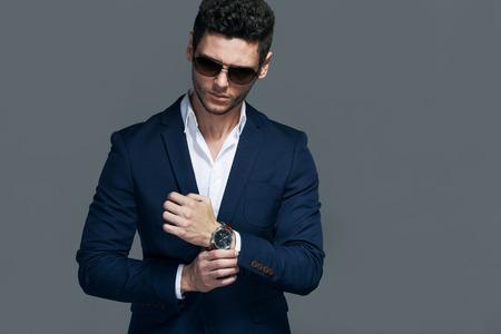 ropa elegante hombre apuesto joven elegante con gafas y wathers