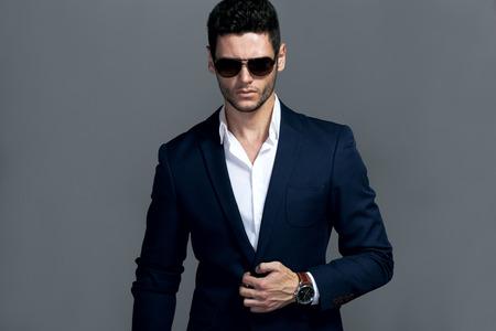 traje formal: Hombre apuesto joven elegante con gafas y wathers.