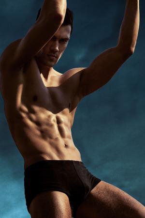 hombre desnudo: deportista atl�tica muscular en el entrenamiento. Ganador. Foto de archivo