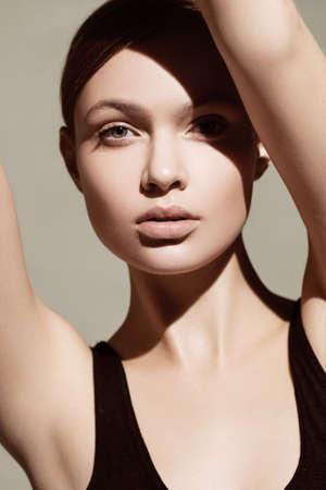 modelo desnuda: Hermosa modelo con maquillaje natural Foto de archivo