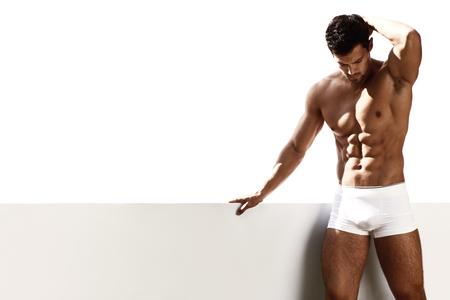 modelos desnudas: Retrato atractivo de un modelo masculino muy muscular
