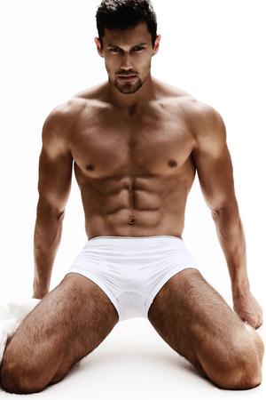 desnudo masculino: Retrato atractivo de un modelo masculino muy muscular