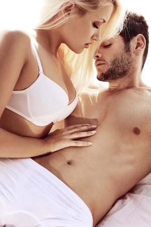 sexo pareja joven: Sexy joven pareja apasionada Foto de archivo