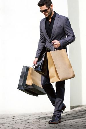 shopping: Hombre hermoso en juego con el bolso de compras Foto de archivo
