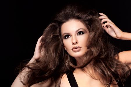 Beautiful Girl de cheveux bruns. Cheveux longs sain. Banque d'images