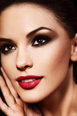 red lips: Modelo joven hermoso con los labios rojos. maquillaje brillante. Foto de archivo