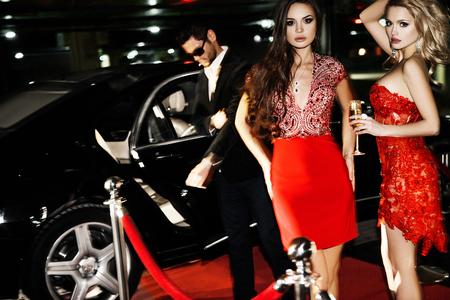 Sexy pareja en el coche. Estrella de Hollywood. pareja de moda de gente elegante en la calle de la ciudad de noche.