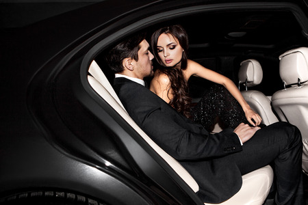 Sexy paar in de auto. Hollywood-sterren. Stockfoto