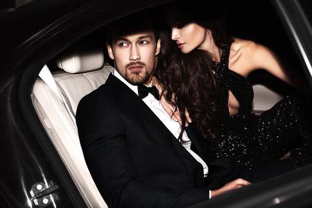 浪漫: 性感的夫婦在車上。好萊塢明星。 版權商用圖片