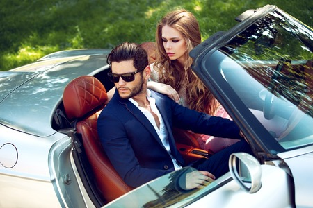 Sexy Paar im Auto. Luxusleben.