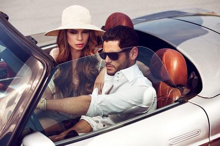 Sexy para w samochodzie. Luksusowe życie. Zdjęcie Seryjne