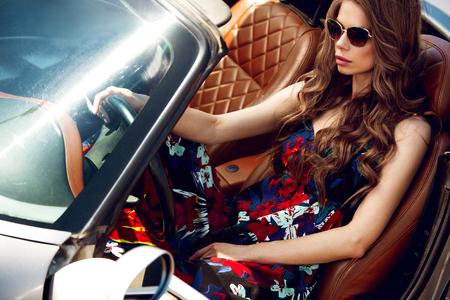 Mooi meisje in de auto Stockfoto