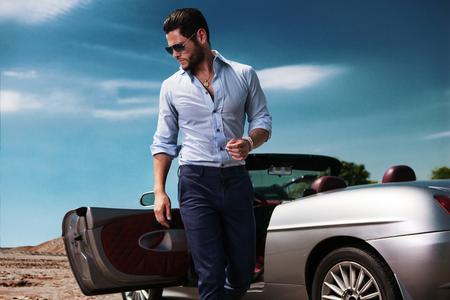 차 주변의 잘 생긴 남자. 럭셔리 생활. 스톡 콘텐츠