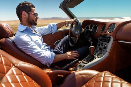 Hombre hermoso cerca del coche. Vida lujosa. Foto de archivo - 75298669