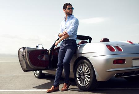 Knappe man in de buurt van de auto. Luxe leven. Stockfoto - 75162162
