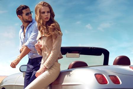 Sexy stel in de auto Stockfoto
