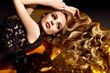 美しい茶色の髪の少女。健康な髪は長い。
