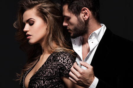 Sexy elegant couple in the tender passion. Banque d'images