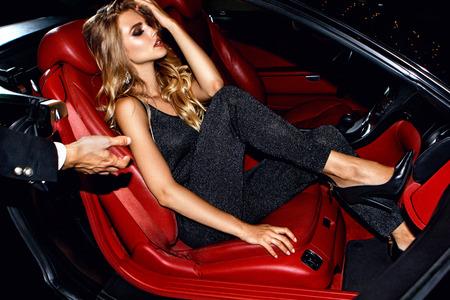 Paar in luxeauto. Nachtleven. Stockfoto