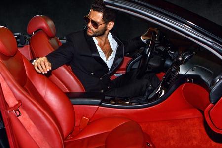Mannen in luxe auto. Nachtleven.