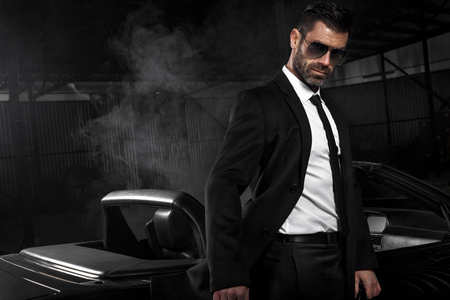 Bel homme brutal dans la voiture. Luxe. Vie nocturne. Banque d'images