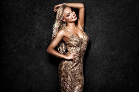 Belle femme blonde sur fond noir, fête. Banque d'images