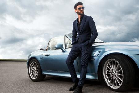 Hombre guapo y exitoso cerca del coche. Foto de archivo