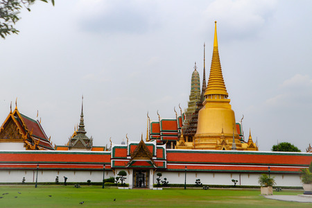 Wat Phra Kaew, commonly known in English as the Temple of the Emerald Buddha or grand palace is regarded as the most sacred Buddhist temple in Thailand Imagens - 122480598