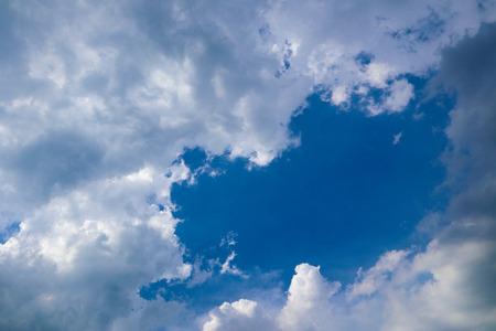 Mooie abstracte blauwe hemellandschapsachtergrond en behang