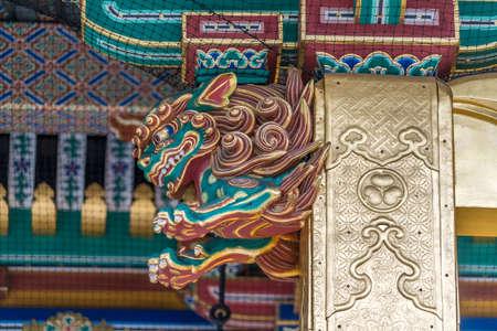 우에노 도쇼구 신사에서 화려한 시시 또는 시시 바나 (사자) 가디언과 가자 리 가나 구 (금속 조각). 도쿄도 다이토 구 우에노 공원에있는 일본 국보 에디토리얼