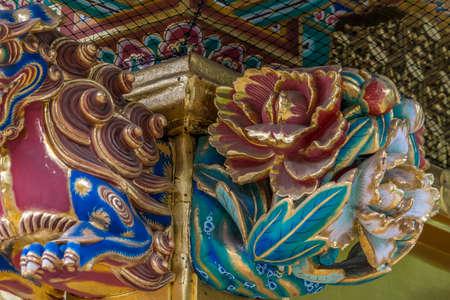 우에노 도쇼구 신사에서 화려한 시시 또는 시시 바나 (사자) 수호자와 조각 된 꽃. 도쿄도 다이토 구 우에노 공원에있는 일본 국보