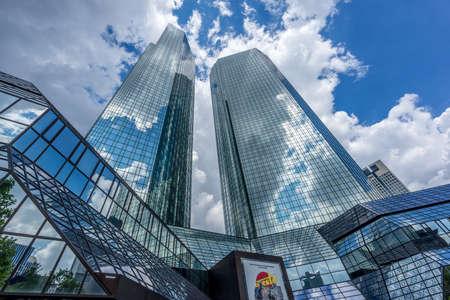 Frankfurt, 26 de julio de 2016. Paisaje de edificios rascacielos. Complejo de edificios Deutsche Bank Filiale desde el nivel del suelo de la calle Taunusanlage con reflejos de nubes de cristal. Editorial