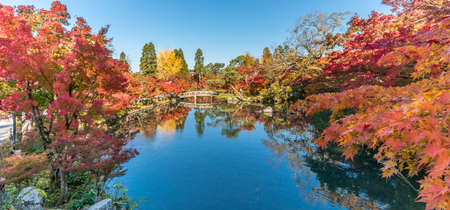 Beautiful autumn colors, Fall foliage and gorukaku stone bridge across the Hojo-ike pond to Benten shrine. Eikan-do Zenrin-ji temple. Kyoto, Japan 版權商用圖片