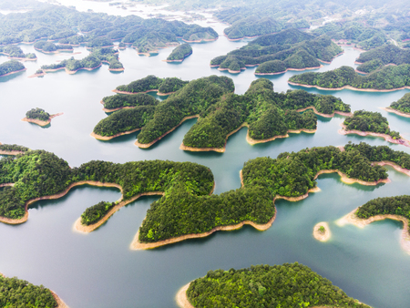 Aerial View of Thousand island lake. Bird view of Freshwater Qiandaohu. Sunken Valley in Chunan Country, Hangzhou, Zhejiang Province, China Mainland. 免版税图像