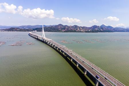 Vista aérea sobre el puente de la bahía de Houhai a la isla de Hong Kong