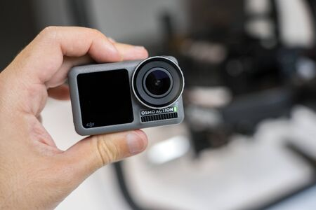 CHINA, SHANGHAI - MAY 18, 2019. A HAND IS HOLDING DJI OSMO ACTION. CLOSEUP VIEW. Redactioneel