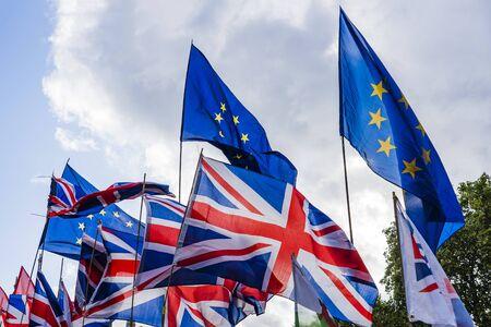 Mazzo di bandiere dell'Unione europea e della Gran Bretagna. Archivio Fotografico