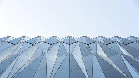 Vue rapprochée des murs rideaux en forme de diamant. Fenêtres En Cristal De Verre Clair Du Bâtiment. Système de façade d'allège et ciel Banque d'images