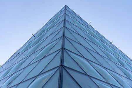 Vista ravvicinata di finestre in vetro convesso a doppia curva. Sistema di facciata in vetro trasparente riflettente. Le bolle dei pannelli di vetro.