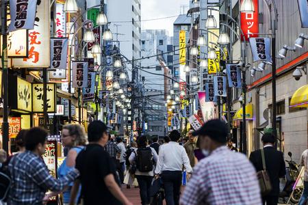 TOKYO, JAPAN - OCTOBER 6, 2018. Japanese Pedestrian Street Full of Crowd in Evening. Restaurant Signage on a Street. Redactioneel