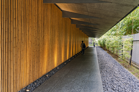 TOKYO, JAPAN - OCTOBER 8, 2018. People are Walking Along the Corridor Decorated Wall by Yellow Bamboo. Redactioneel