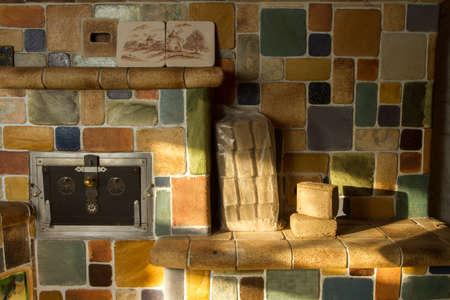 holzbriketts: Holzbriketts - eine neue hocheffiziente Biokraftstoff. Gegen einen Ofen, in dem sie verwendet werden fotografiert