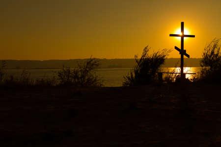 memorial cross: Memorial de la Cruz en la orilla del embalse de Kiev en la memoria de los pueblos antiguos que se inundaron durante la construcción de la misma. Foto de archivo